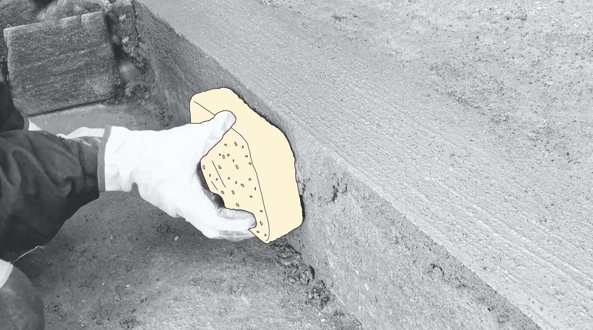 reparar peldaño escalera de cemento - alisar la terminación con la esponja