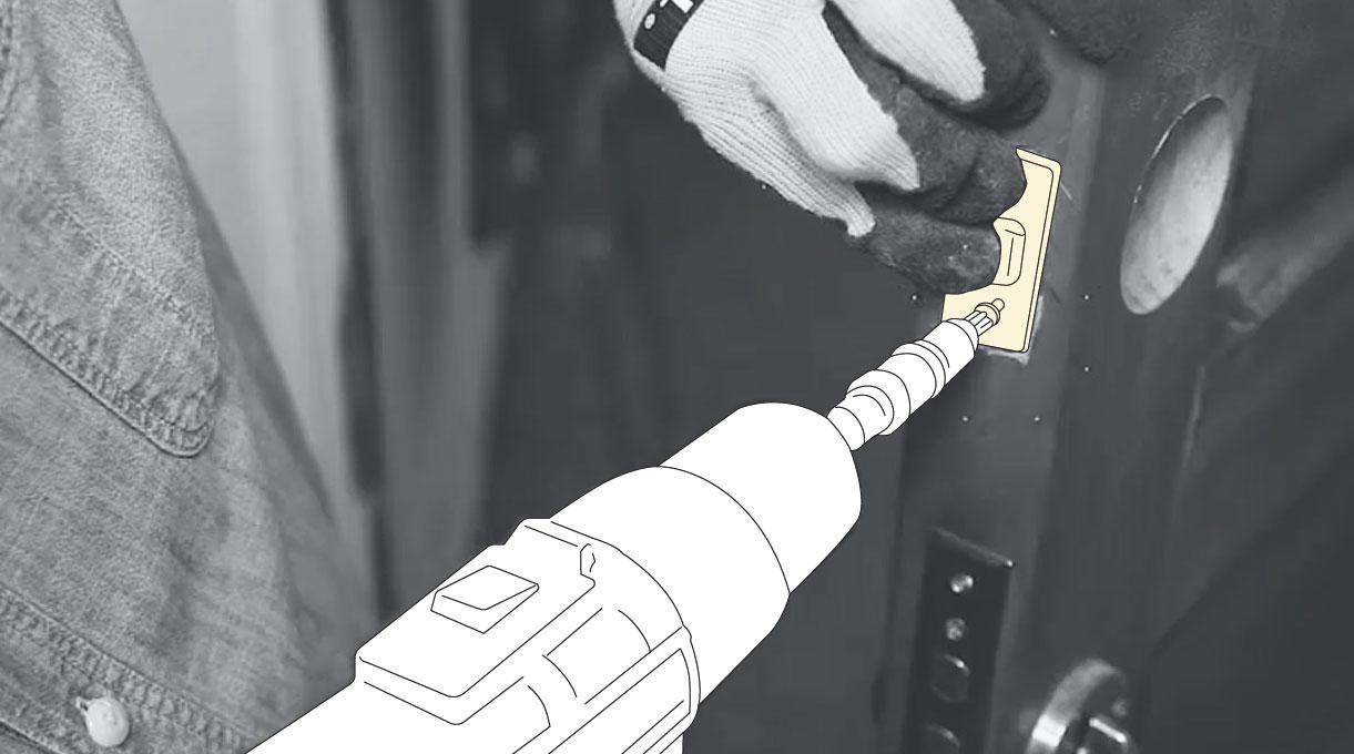 como instalar una cerradura digital - atornillar el cerrojo