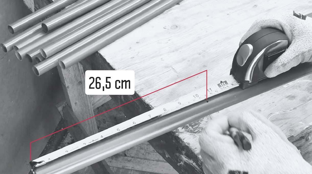 A cada tubo debemos hacerle 2 perforaciones con la broca de 2 mm, cada una a 26,5 cm de los extremos