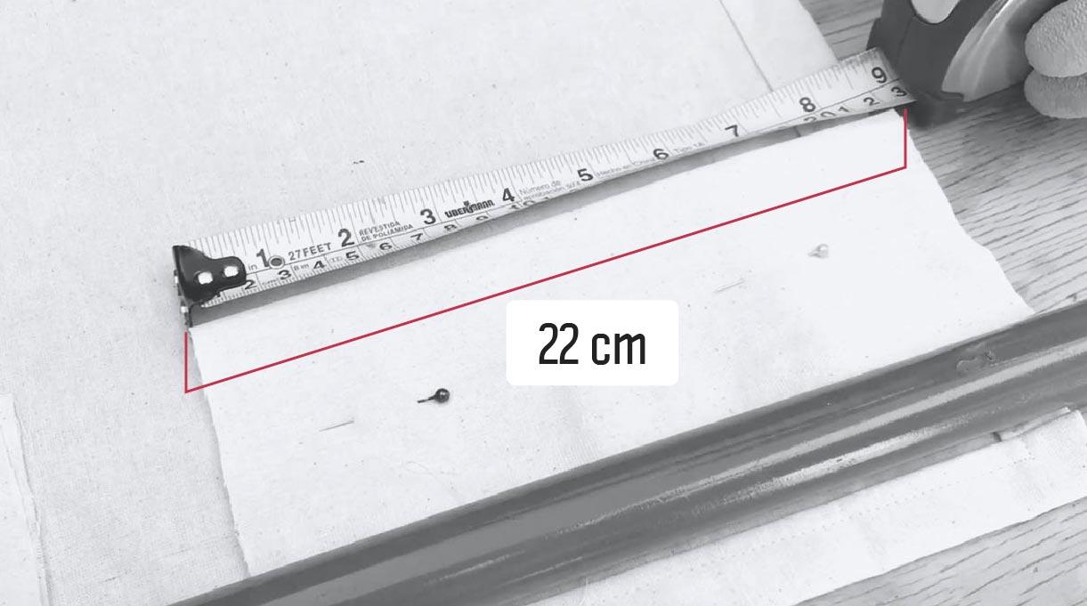 Hacemos bolsillos de 22 cm en la tela para pasar los tubos