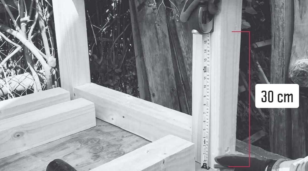 medir 30 cm desde el suelo para los travesaños de la mesa
