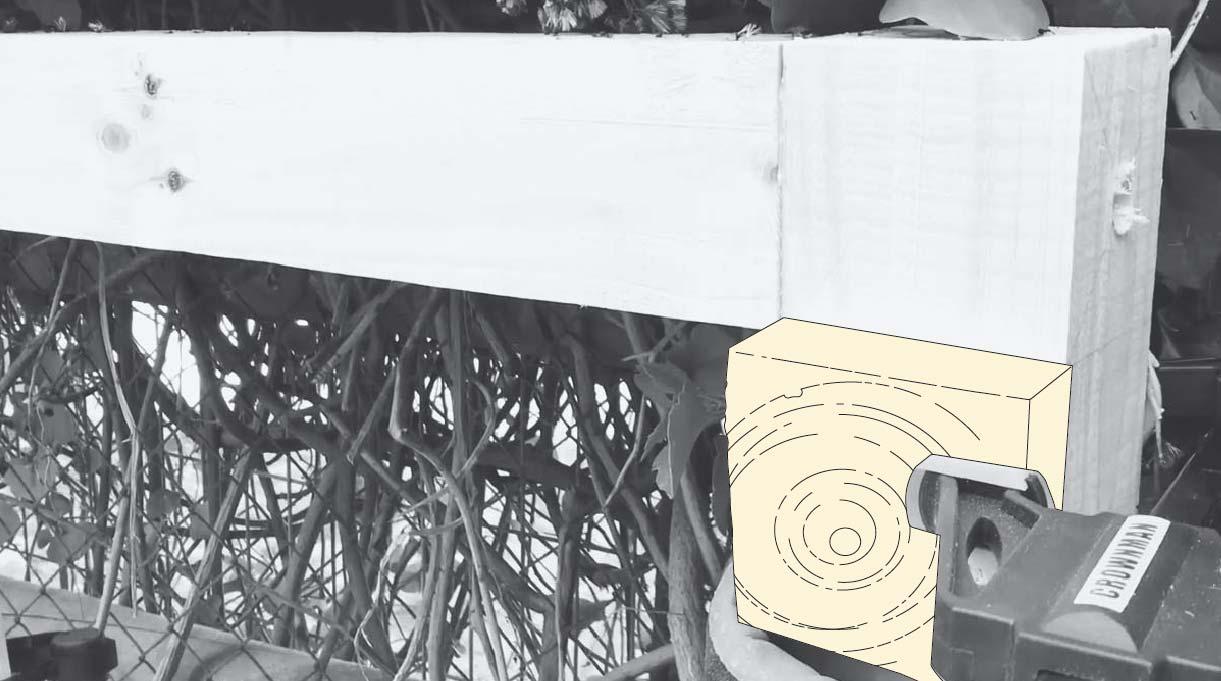 Usamos unos tacos de madera para apoyar el travesaño y poder fijarlo sin que se mueva.
