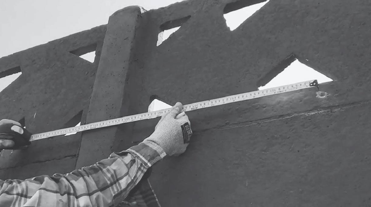 Hay que calcular las distancias en el muro para fijar el toldo
