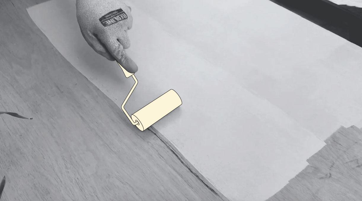 Usa el rodillo esponja para las superficies lisas de la puerta al pintar