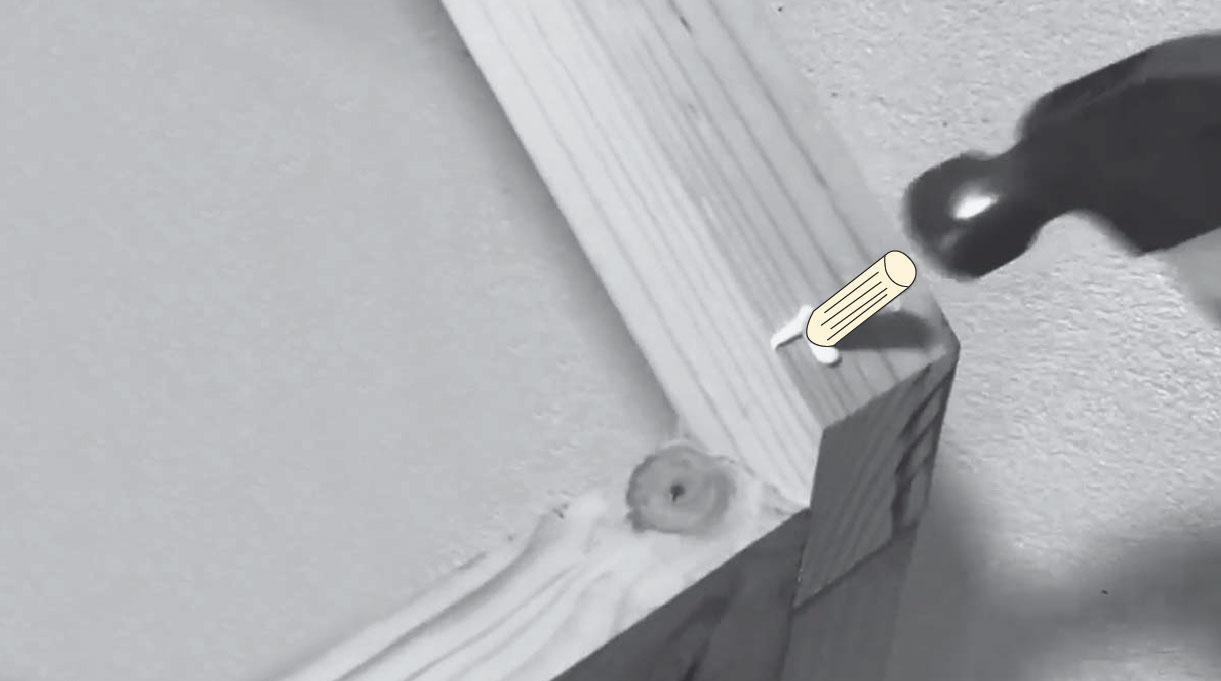 tapando los agujeros de la estructura con tarugos de madera