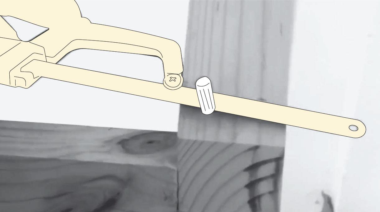 sierra de mano cortando sobrante del tarugo de madera