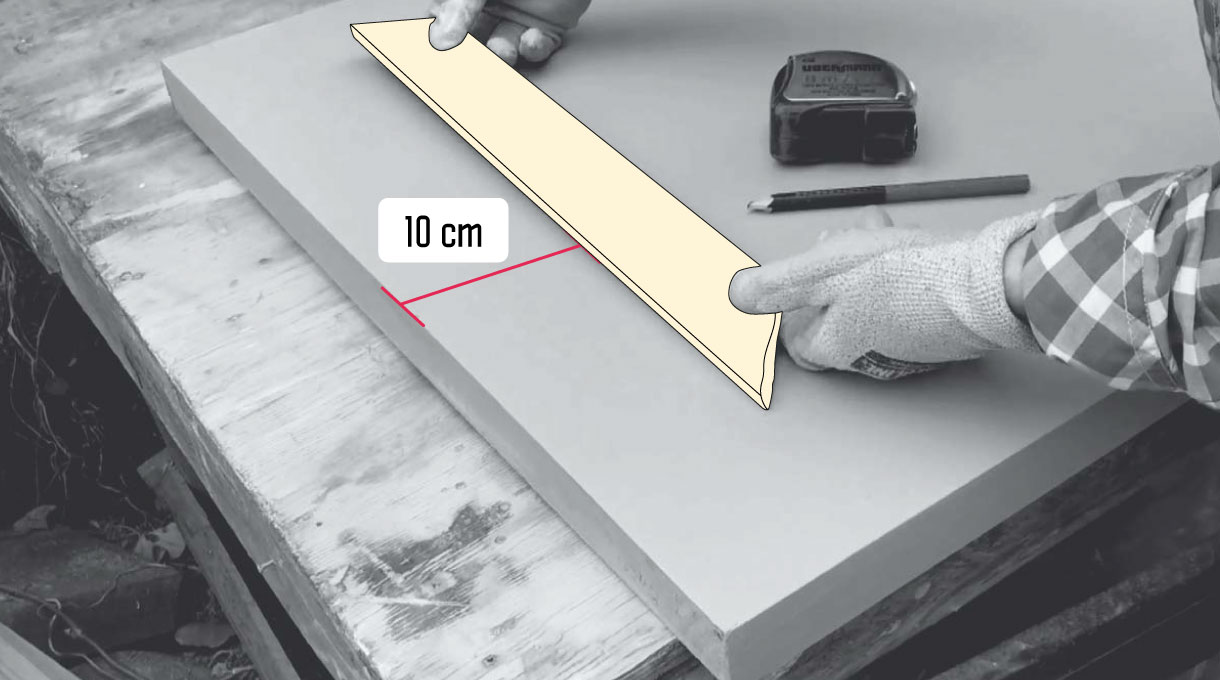 Pegar las molduras a 10 centímetros del borde de la puerta