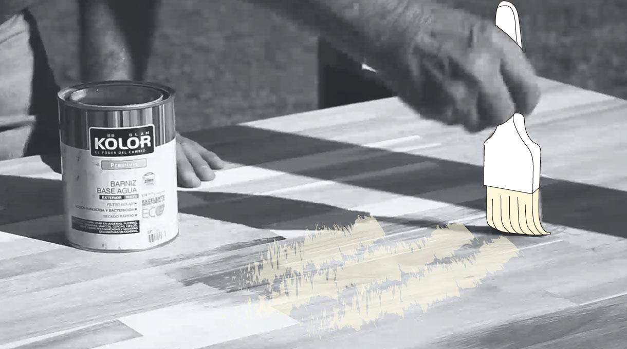 barnizando el tablero alistonado con brocha y barniz al agua incoloro
