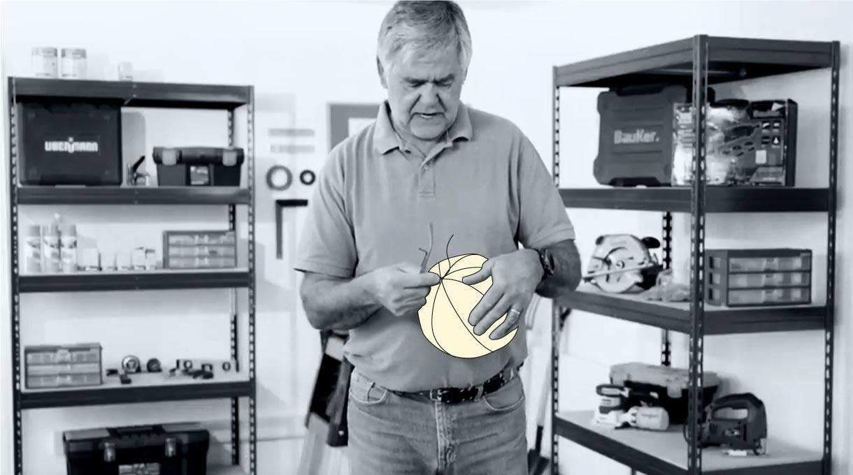 Hombre colocando pita alrededor del globo inflado
