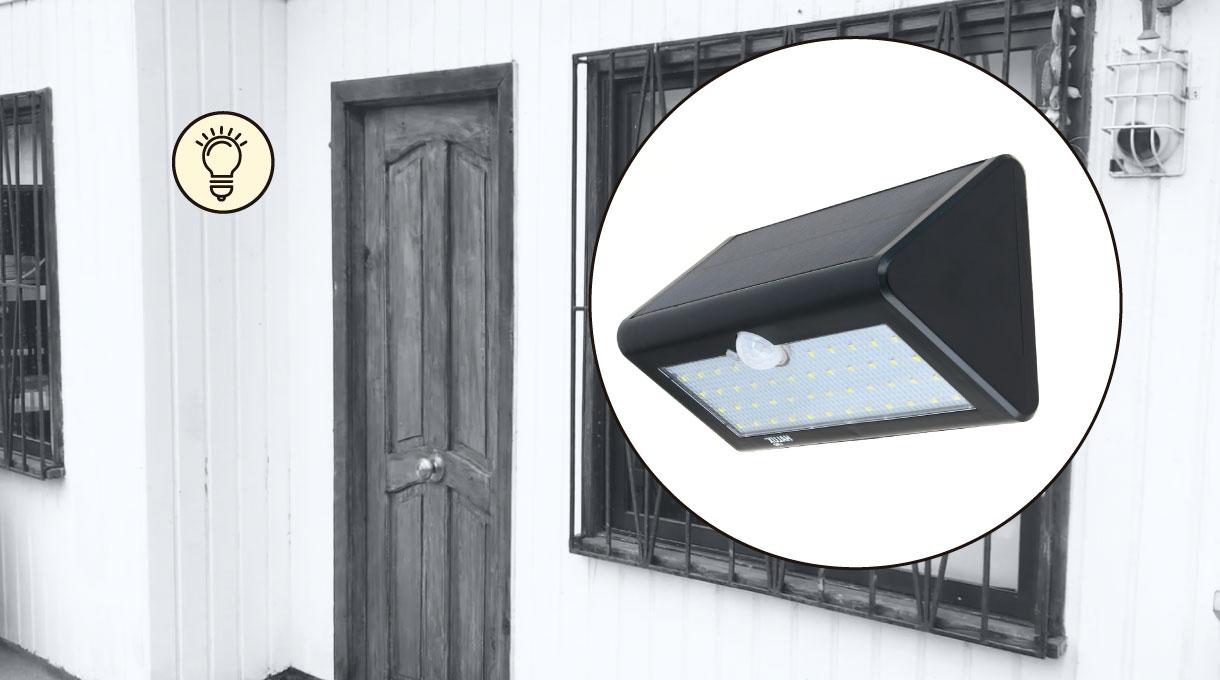 illuminación de un farol solar en la puerta de entrada de una casa