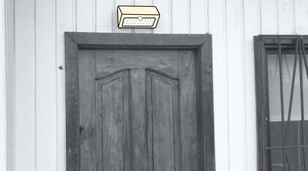 imagen de farol solar en la puerta de entrada de una casa