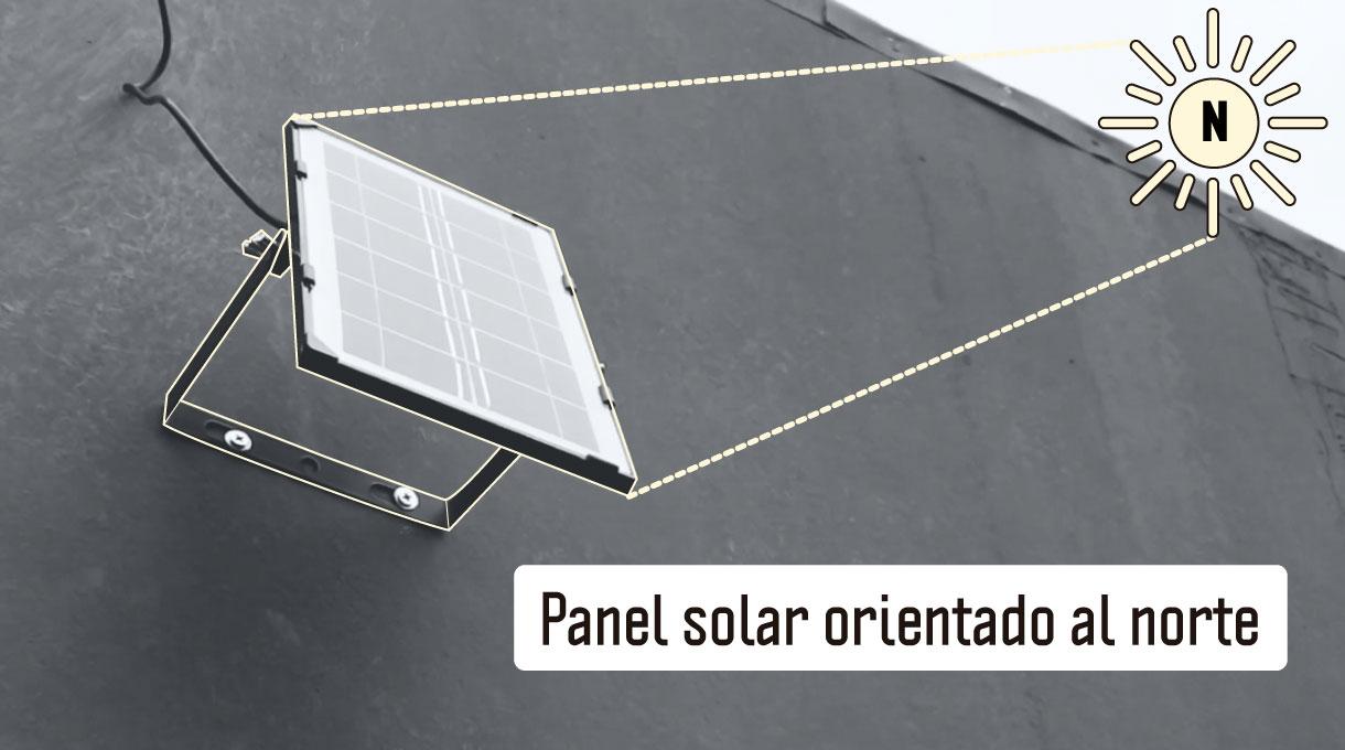panel solar instalado en pared exterior de una casa