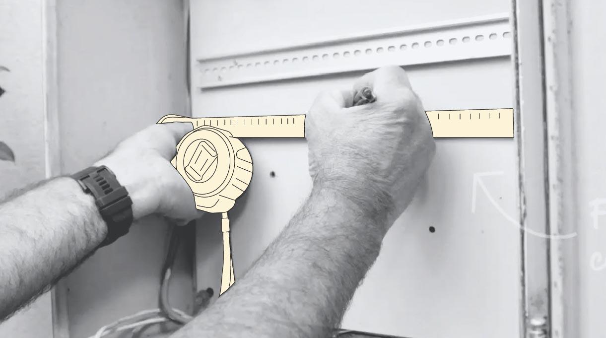 Persona tomando medidas para fijar el nuevo temporizador