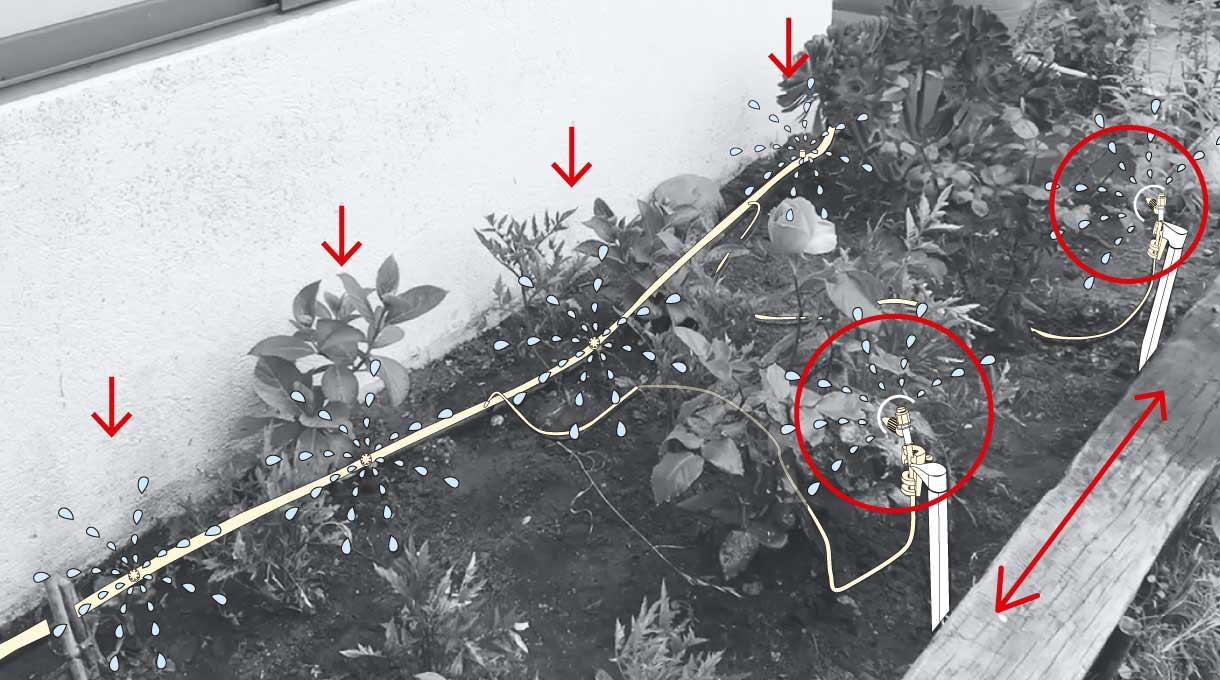 goteros y estacas con microaspersores regando jardinera