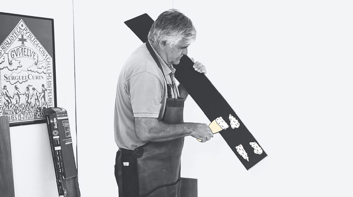 Aplicación de pegamento en el revestimiento vinílico
