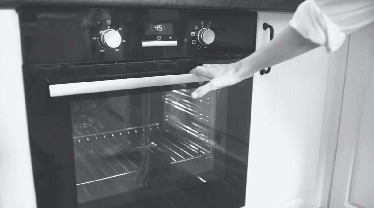 mano apoyada en puerta de horno