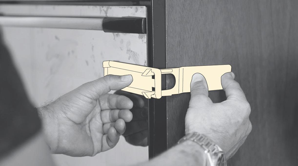 seguro plástico en puerta del horno de una cocina