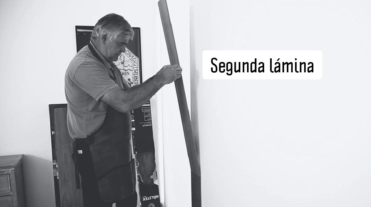instala segunda lámina de piso vinílico en el muro
