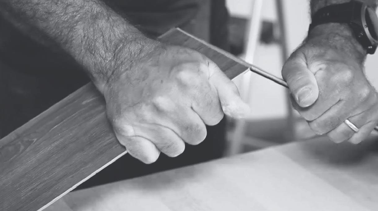 separar el corte de madera con las manos