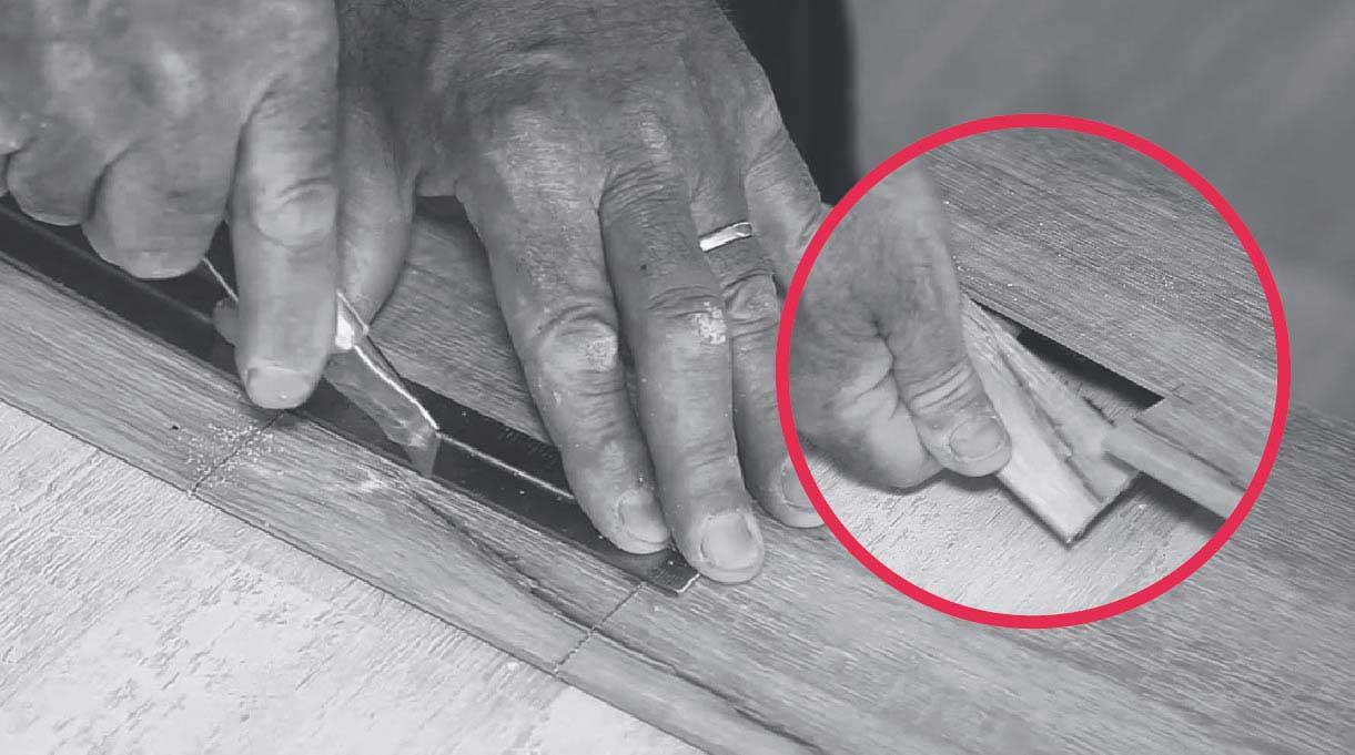 Cortar longitudinalmente la lámina con cuchillo cartonero