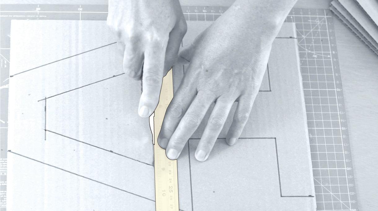 cortar todas las capas de la lámpara reciclada con cuchillo cartonero