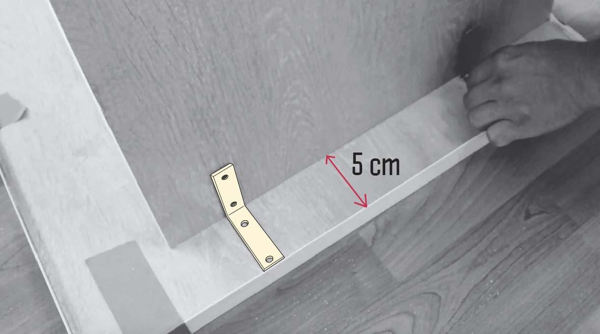 ubicar escuadras de los parantes a 5 cm para fijar la cubierta de los escritorios