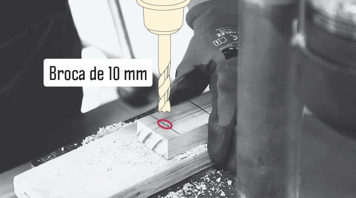 perforar con taladro y broca para madera n° 10 la primera parte del brazo articulado de la lámpara reciclada