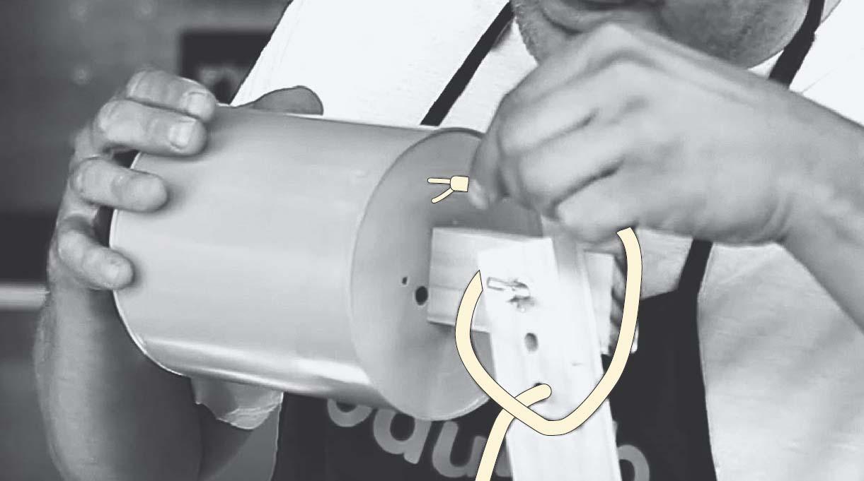 pasar el cordón eléctrico por las perforaciones del tarro