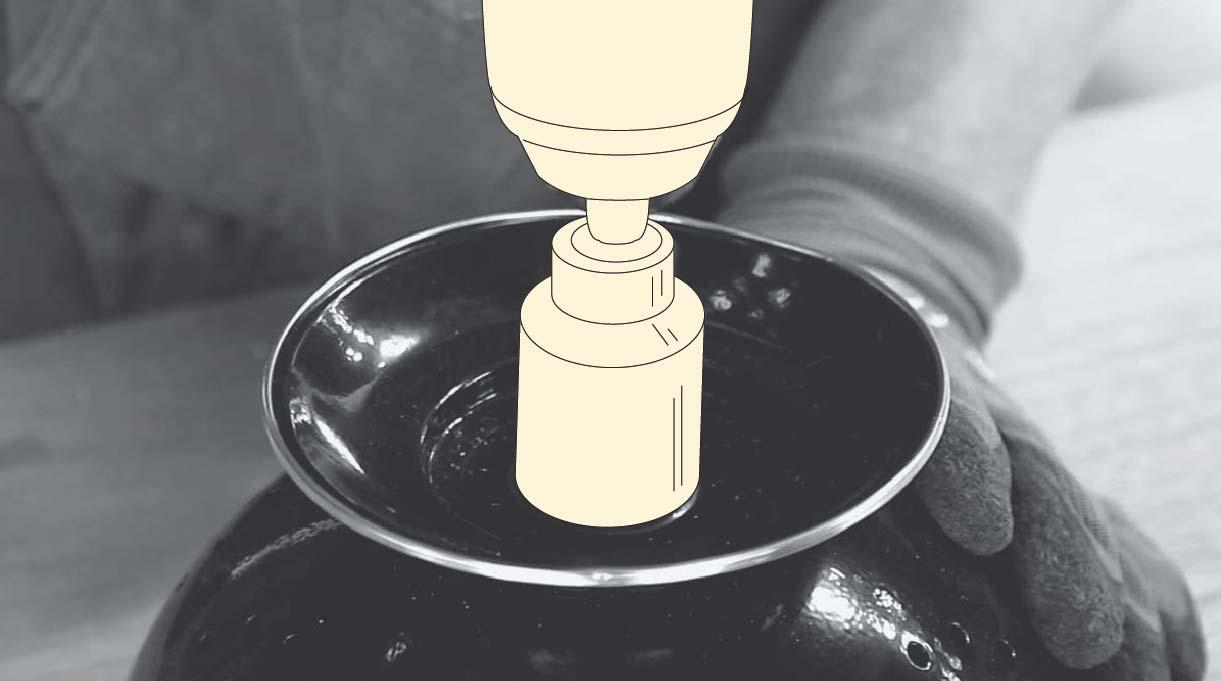 colocar el colador boca abajo y perforar la base con broca copa de 32 mm