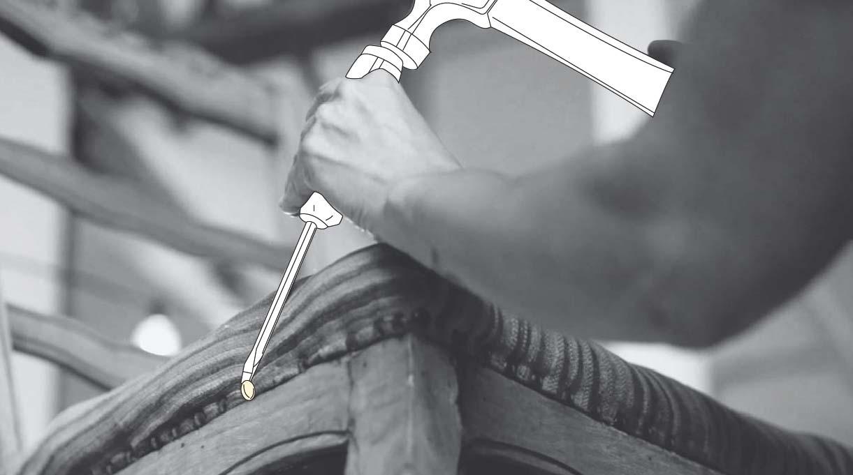 sacar el tapiz antiguo ayudándote de un martillo y un destornillador para sacar las tachas y/o engrapes