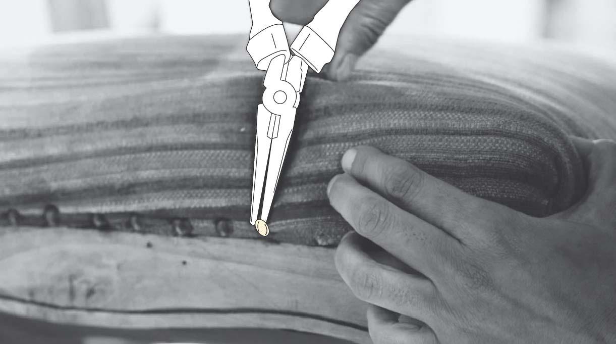 tirar las tachas del tapiz antiguo con un alicate