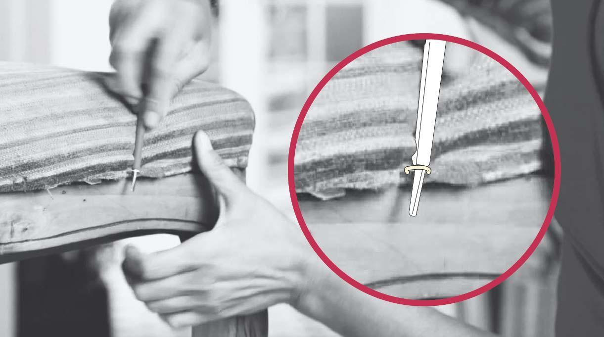 Sacar con una herramienta los engrapes del tapiz antiguo