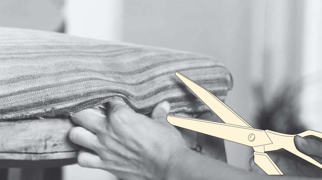 cortar la tela del tapiz antiguo con una tijera para retirarlo