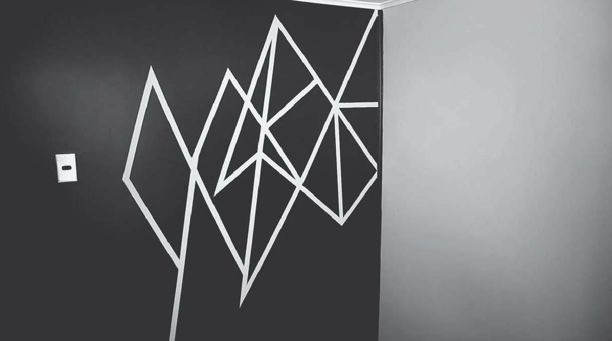 muro pintado negro con patrón geométrico blanco