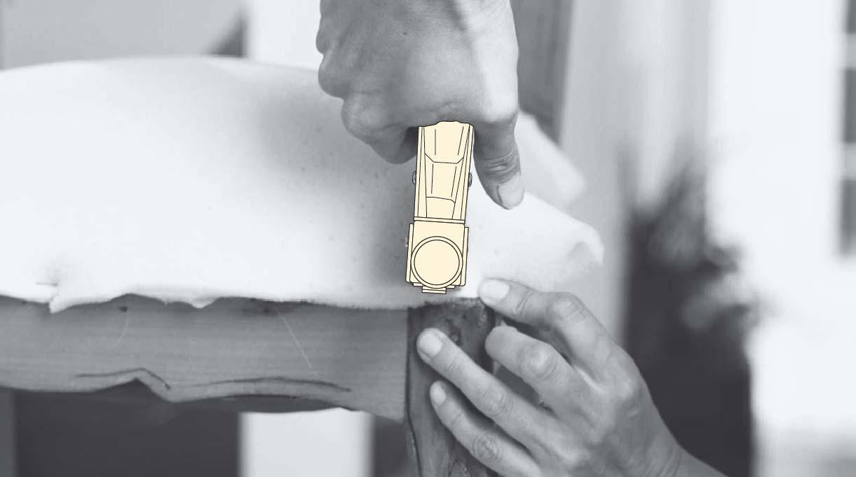 engrapar los costados laterales de la espuma o género de relleno del asiento de la silla