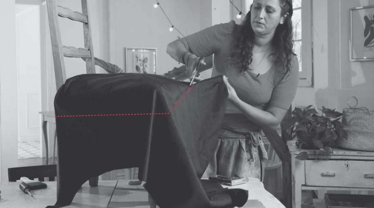 colocar la tela nueva para tapizar encima del asiento de la silla para cortarlo