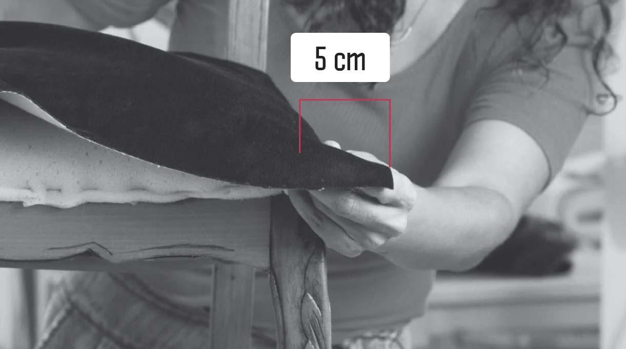 dejar un sobrante de 5 cm de tela del asiento