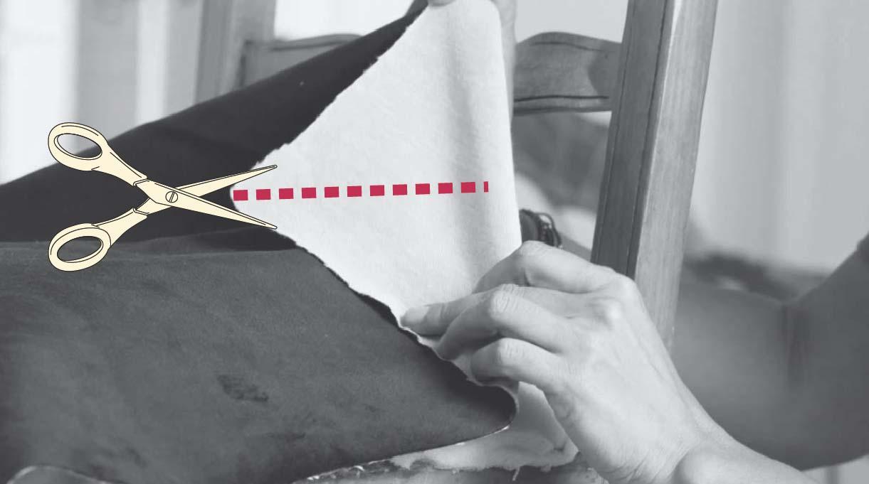 corta las dos esquinas de la tela que dan al respaldo hacia el centro de la silla, desde el vértice en diagonal hacia el respaldo