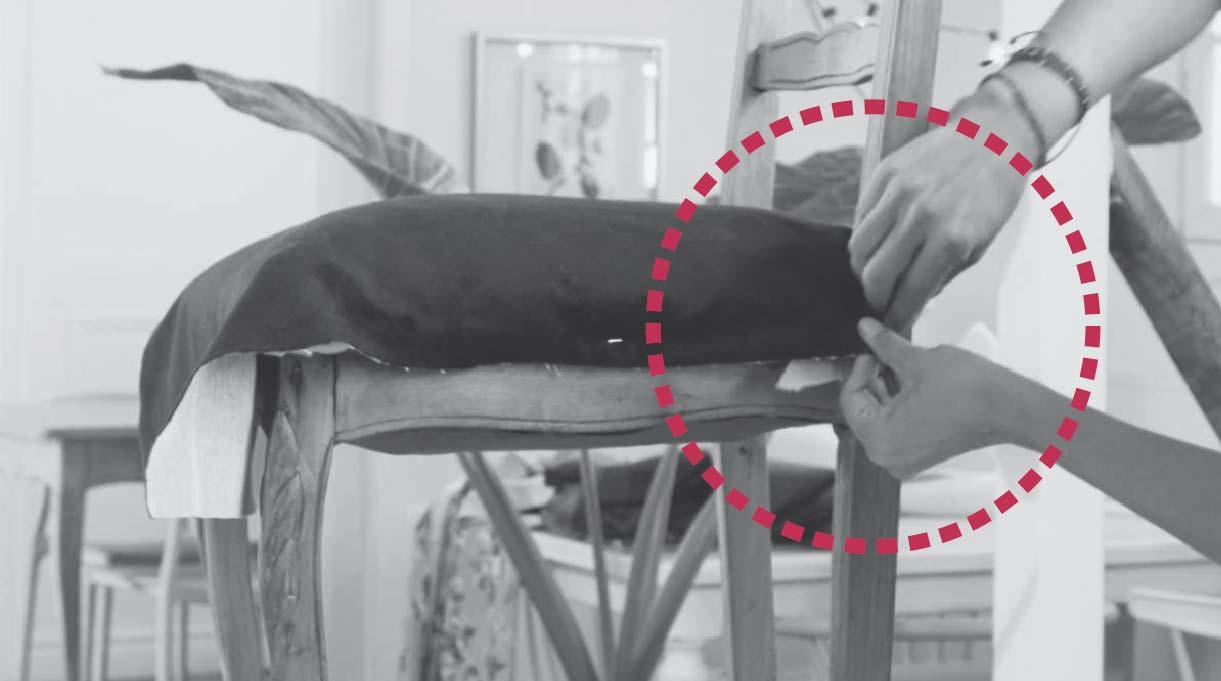 hacer pliegue hacia dentro de la tela en la parte trasera del asiento y engrapar