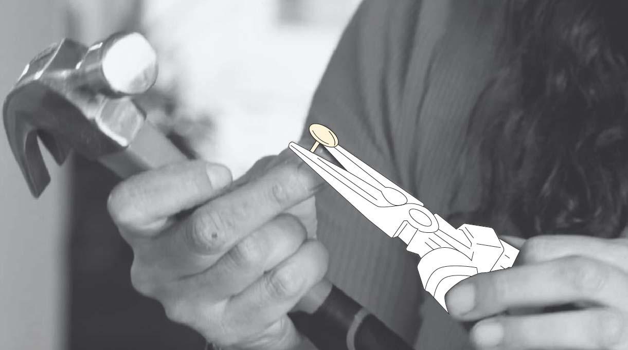 tomar la tacha con el alicate