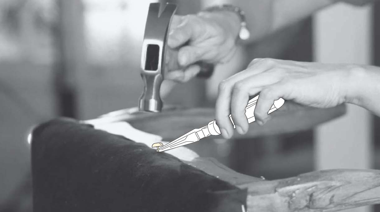 martillar cuidadosamente las tachas sujetándolas con el alicate