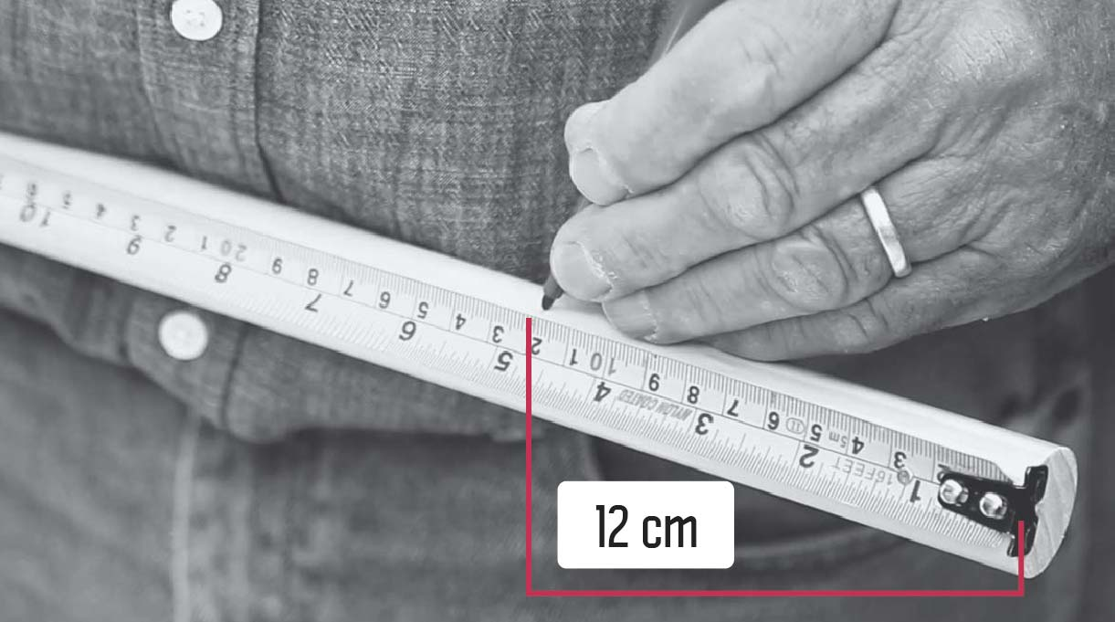 marcar en las patas del banquito de concreto la altura a la que van los travesaños