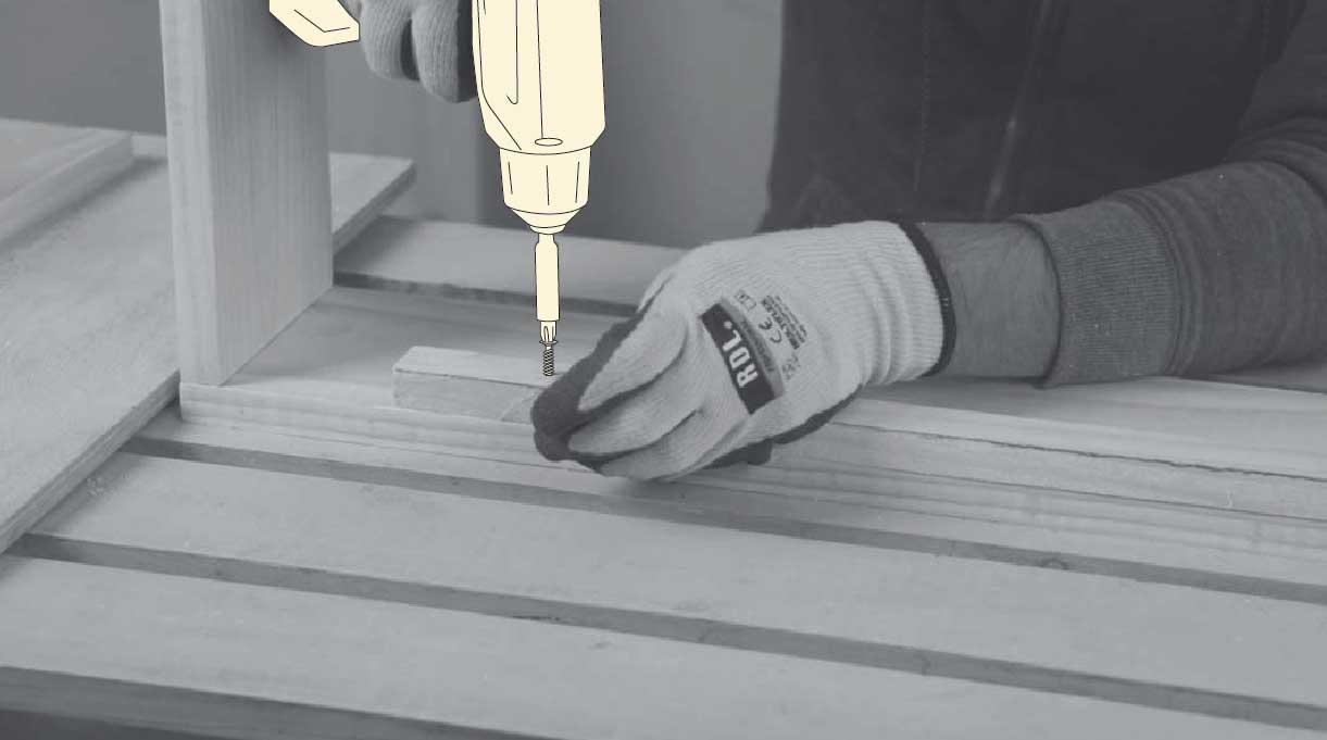 atornillar los largueros al cajón base de la maceta autorregante