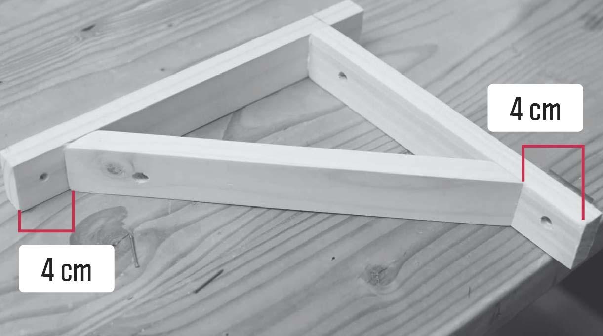 trozo con los cortes en ángulo va a 4 cm de los bordes del vertical y horizontal de la escuadra