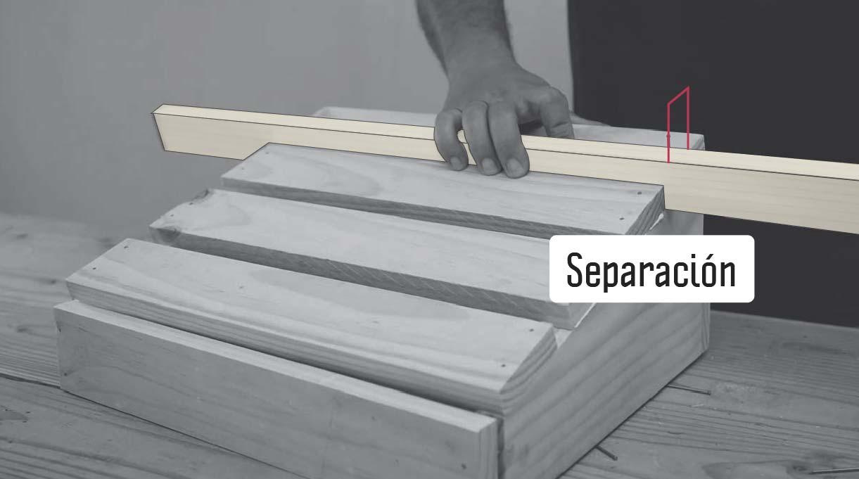 colocar un trozo de madera de canto para hacer la separación de las tablas de la cubierta del apoyapiés
