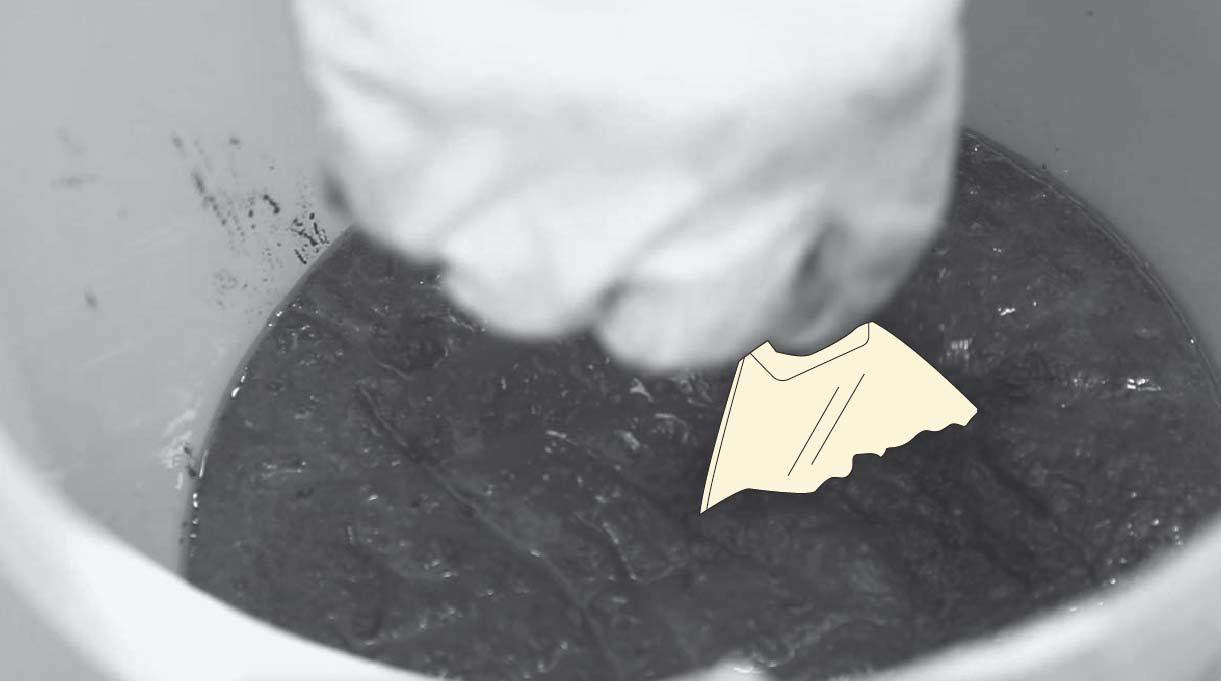 revolver la mezcla de cemento con una plana
