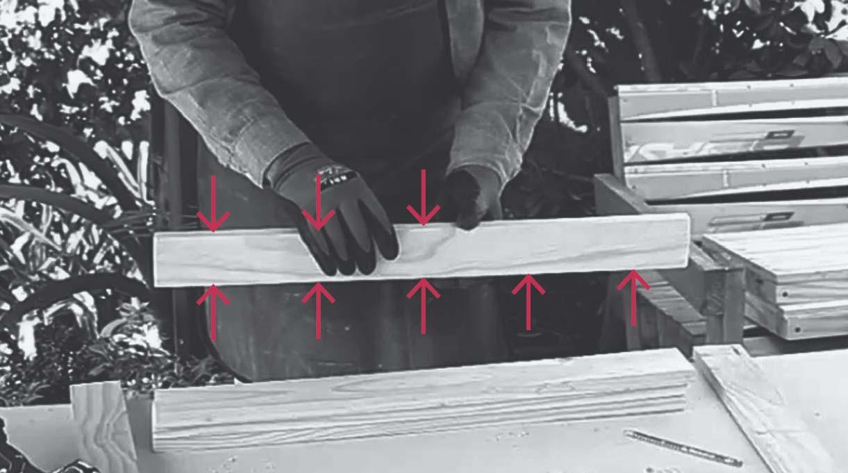 hacer cinco perforaciones en un canto de un trozo de 66 cm y 3 perforaciones por el otro canto