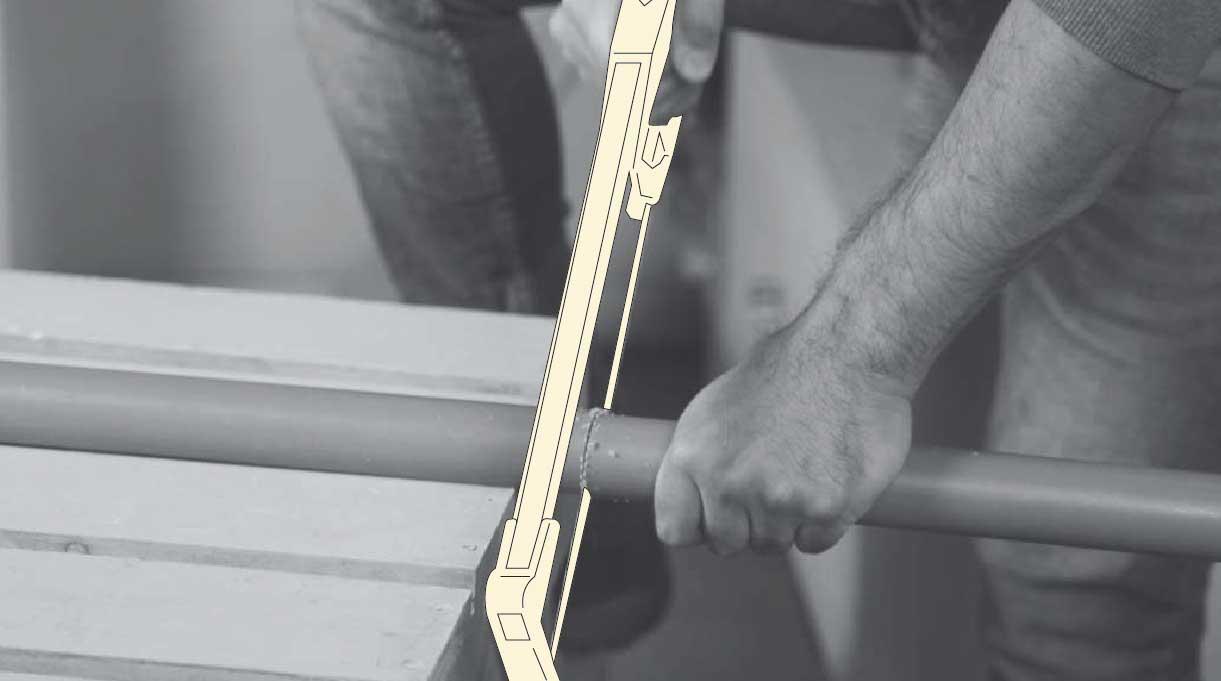 cortar el tubo de PVC con serrucho