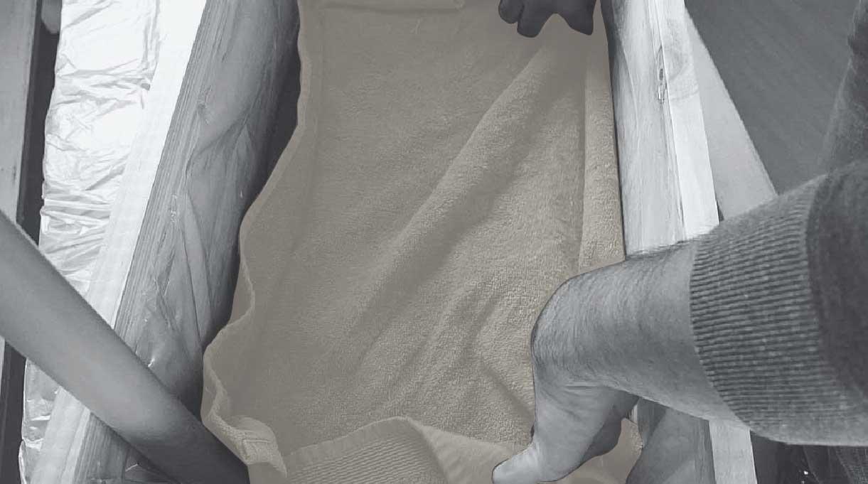 colocar una toalla dentro de la maceta autorregante