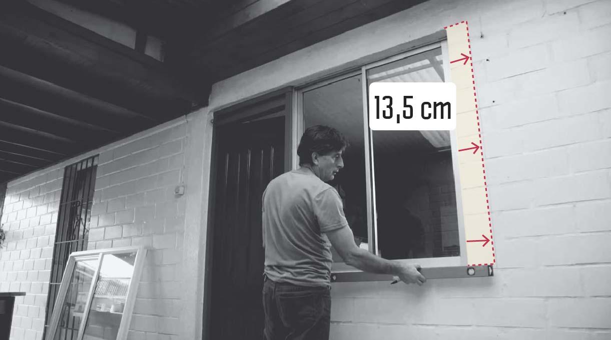 marcar con un plumón un espacio de 13,5 cm en el costado derecho de la ventana